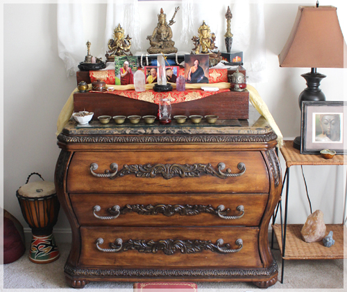 Etonnant Traditional Tibetan Buddhist Altar Intended For Vajrayana Practice.